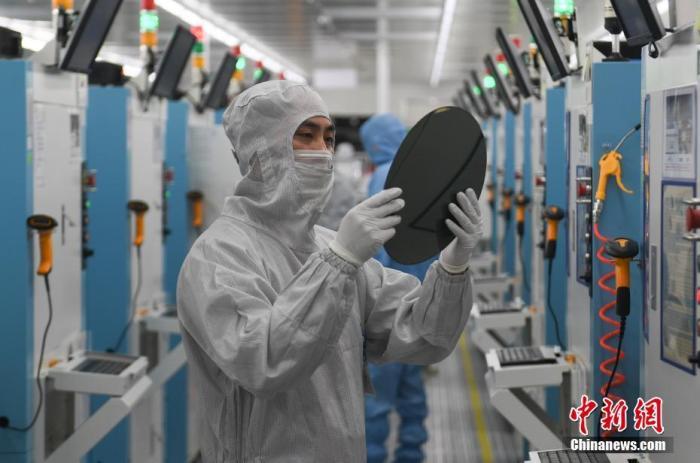 资料图:科技公司工作人员。a target='_blank' href='https://www.chinanews.com/'/p中新社/a记者 王刚 摄