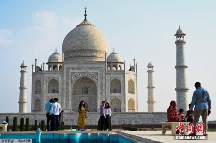 资料图:当地时间6月16日,印度北方邦阿格拉,随着当地新冠防疫限制措施逐步放宽,著名旅游景点泰姬陵时隔两个月重新对外开放。图为游客在泰姬陵内游览。
