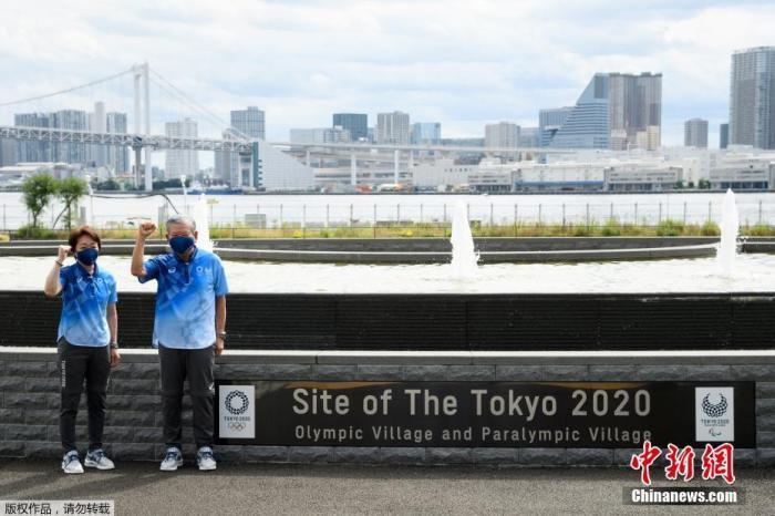 当地时间6月20日,距东京奥运会开幕还有33天时,奥运村首次对媒体开放。图为东京奥组委主席桥本圣子(左)与奥运村村长川渊三郎(右)现身现场。