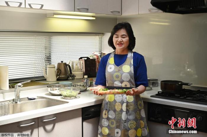 7月16日消息,在2020年东京奥运会上,严格的防疫规定禁止运动员在当地餐馆就餐,奥运村提供食物面临着颇大的压力。西村洋子,是东京奥运村美食大赛的获胜者之一,她在位于东京的厨房内向记者展示她的厨艺。奥运会期间,由当地主妇制作的料理将成为运动员们品尝日本美食的唯一机会。