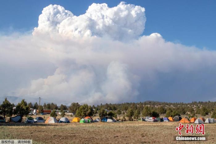 当地时间7月15日,美国俄勒冈州消防官员表示,该州南部山火的过火面积目前已超过919平方公里,只有7%的火情被控制。为美国当前最大的一起山火。消防官员表示,受极端干旱和高温影响,火势在一夜之间扩大,且山火区域曾出现大型火积云的极端天气现象。图为一片大型火积云漂浮在火场上空。