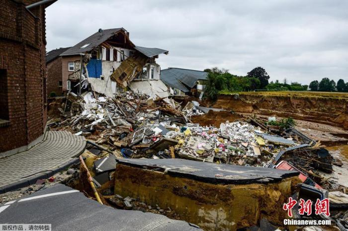 当地时间7月16日,德国Erftstadt-Blessem,一条被洪水侵袭后的街道。
