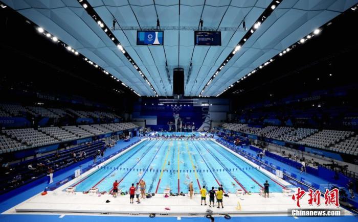 7月21日,参加东京奥运会游泳比赛的选手在东京水上运动中心训练。中新社记者 杜洋 摄