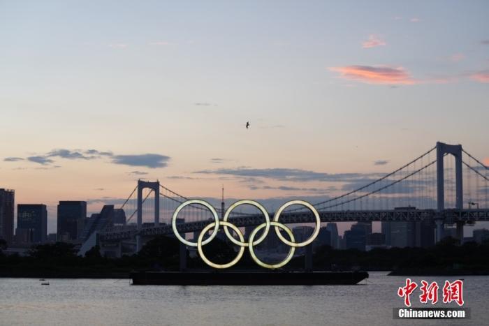 7月22日,日本东京湾台场滨海公园内的五环景观亮灯。这里是东京奥运会铁人三项的比赛场地。中新社记者 韩海丹 摄