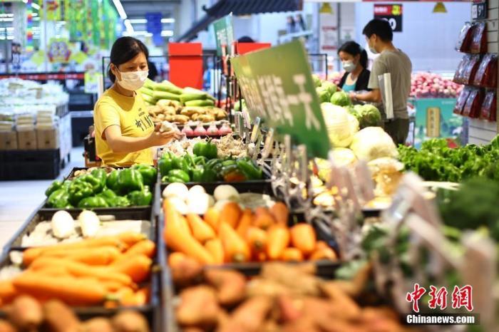 7月27日,江苏省南京市,市民在新街口沃尔玛超市生鲜果蔬区选购。针对突发的新冠肺炎疫情,南京市商务局日前启动生活必需品市场供应每日监测。监测情况显示,目前南京商超货源充足,猪肉、鸡蛋、蔬菜、粮油、水产品等供应平稳。 a target='_blank' href='https://www.chinanews.com/'/p中新社/a记者 泱波 摄