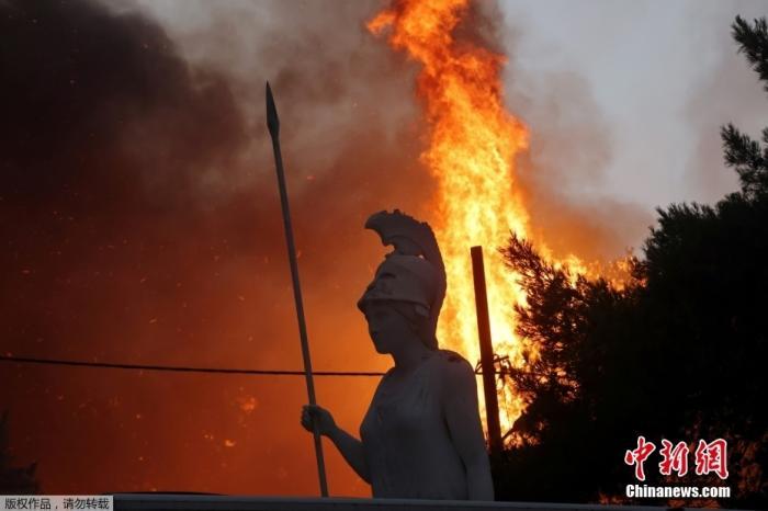 当地时间8月3日,希腊雅典北部Varympompi郊区野火熊熊燃烧。