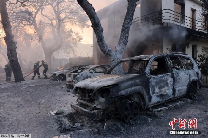 当地时间8月3日,希腊雅典北部Varympompi郊区野火熊熊燃烧,部分房屋和车辆遭损毁。