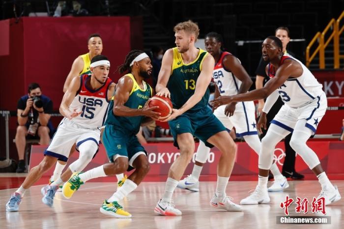 8月5日,澳大利亚队球员在比赛中传球。当日,东京奥运会举行男子篮球半决赛,美国队战胜澳大利亚队晋级决赛。 a target='_blank' href='https://www.chinanews.com/'/p中新社/a记者 韩海丹 摄