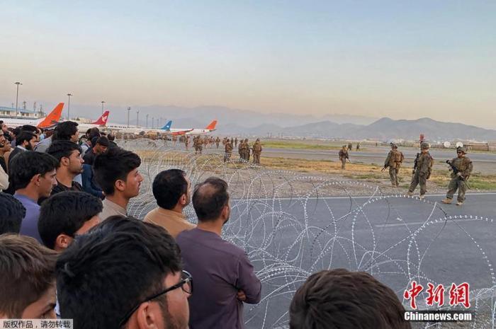 当地时间8月16日,美国士兵在喀布尔机场站岗。