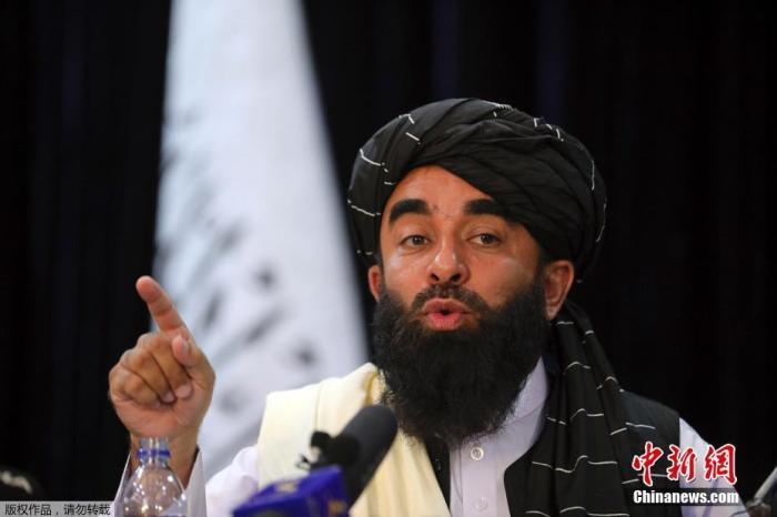当地时间8月17日傍晚,阿富汗塔利班新闻发言人扎比胡拉·穆贾希德在位于阿富汗首都喀布尔的媒体中心举行记者会。