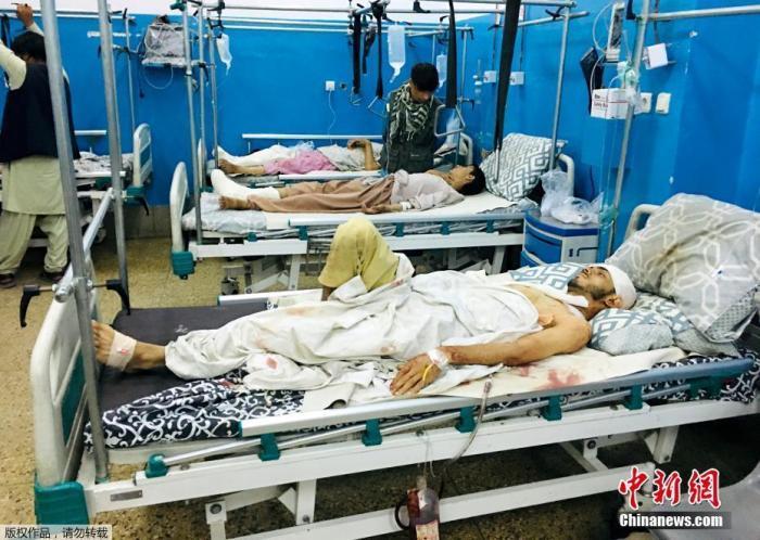 阿富汗喀布尔机场附近爆炸造成多人死伤。图为伤者被送到医院。