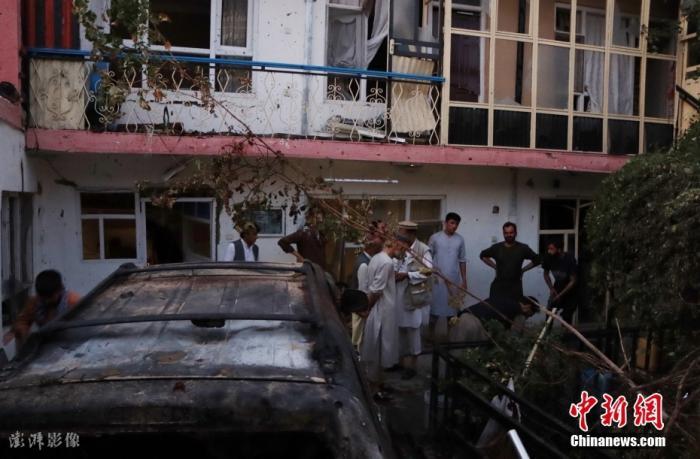 图为当地时间2021年8月29日,阿富汗喀布尔,喀布尔国际机场附近居民区遭火箭弹袭击。 图片来源:澎湃影像